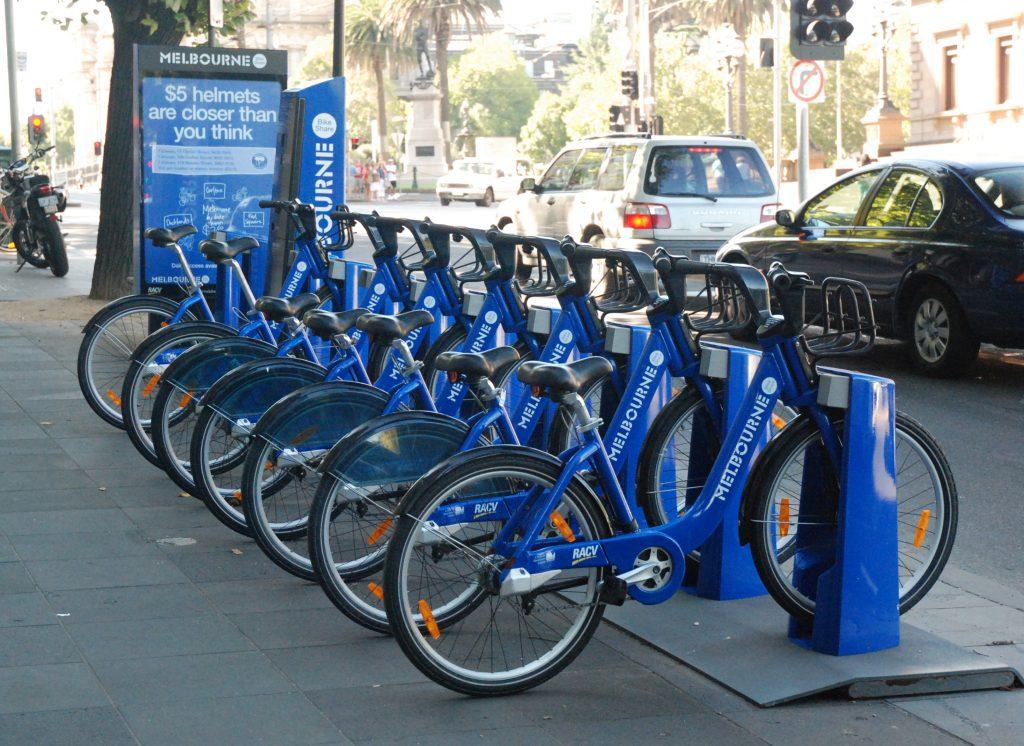 אופניים כחולים להשכרה בשורה